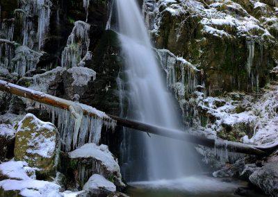 Zweribachwasserfall im eisigen Winter